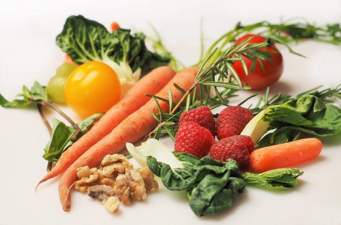 ローフーディストやベジタリアンの真実。肉を避け野菜や果物を多く食べる人に見られる肌の特徴と、健康上の問題